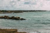 Photo wet stones in blue mediterranean sea against sky