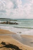 tengerpart homokos stranddal mediterrán tenger mellett a kék ég ellen