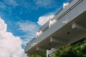 nízký úhel pohledu na moderní budovy proti modré obloze