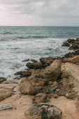 nyugodt tengerpart kövekkel a Földközi-tenger közelében az ég ellen felhőkkel