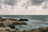 pobřeží u Středozemního moře proti šedé obloze s mraky
