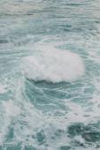 pěna v modré vodě Středozemního moře v cypru