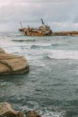 rozsdás hajó a Földközi-tenger vizében az ég ellen