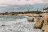 pobřeží Středozemního moře proti obloze s mraky