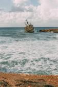 stará loď v modré vodě Středozemního moře