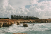 pobřeží Středozemního moře proti obloze s bílými mraky