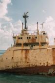 régi és rozsdás hajó a Földközi-tengeren