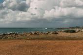 skály v blízkosti Středozemního moře proti obloze s bílými mraky