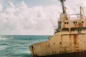 stará a rezavá loď v modrém Středozemním moři