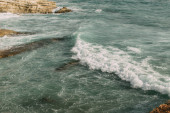 bílá pěna v modré vodě Středozemního moře