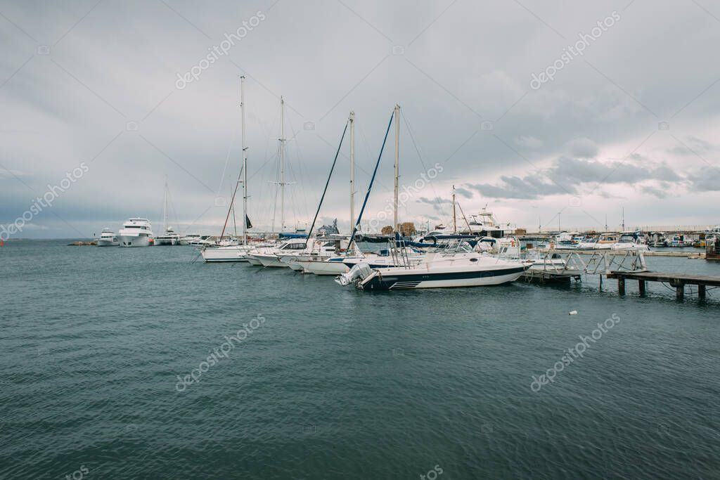 yacht bianchi nel Mediterraneo contro il cielo con le nuvole
