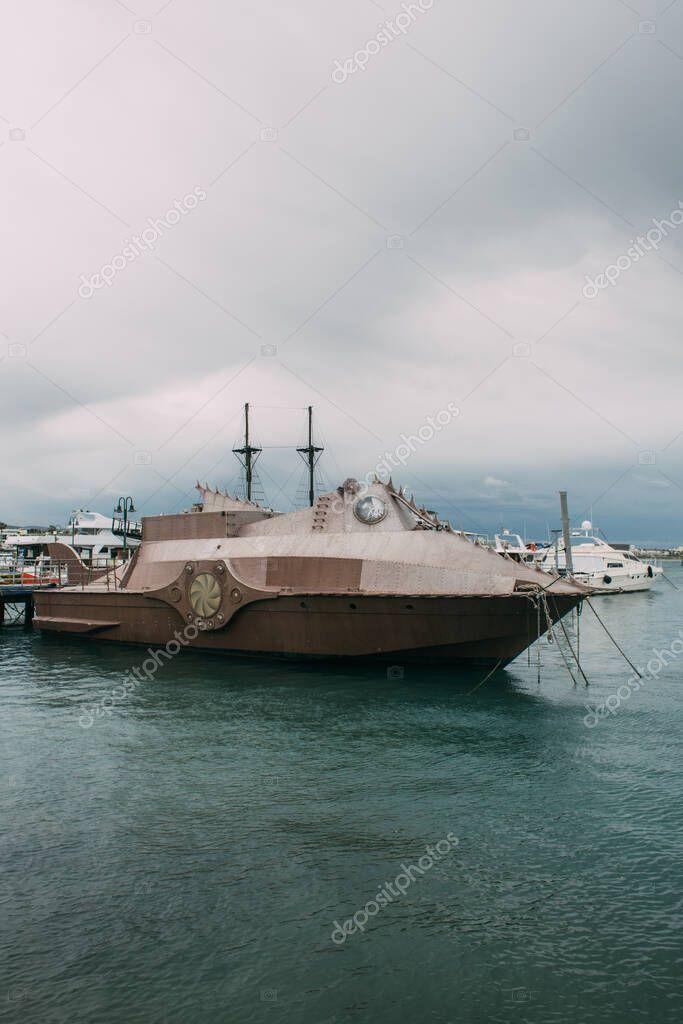 nave retrò vicino yacht nel Mar Mediterraneo contro il cielo con nuvole