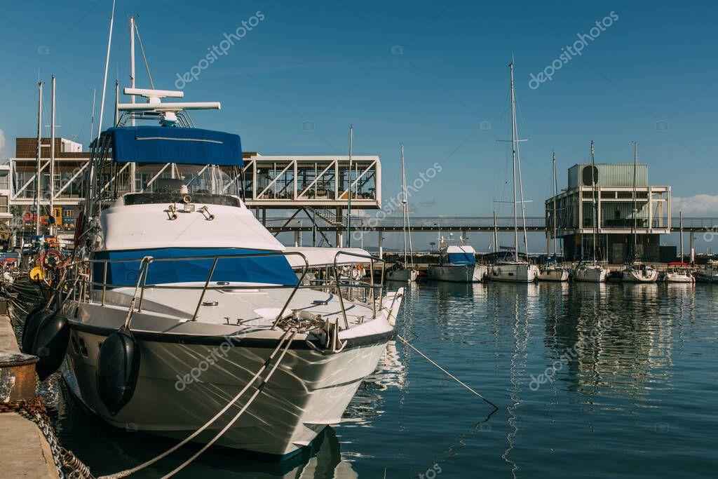 sole sulle navi nel blu del Mediterraneo