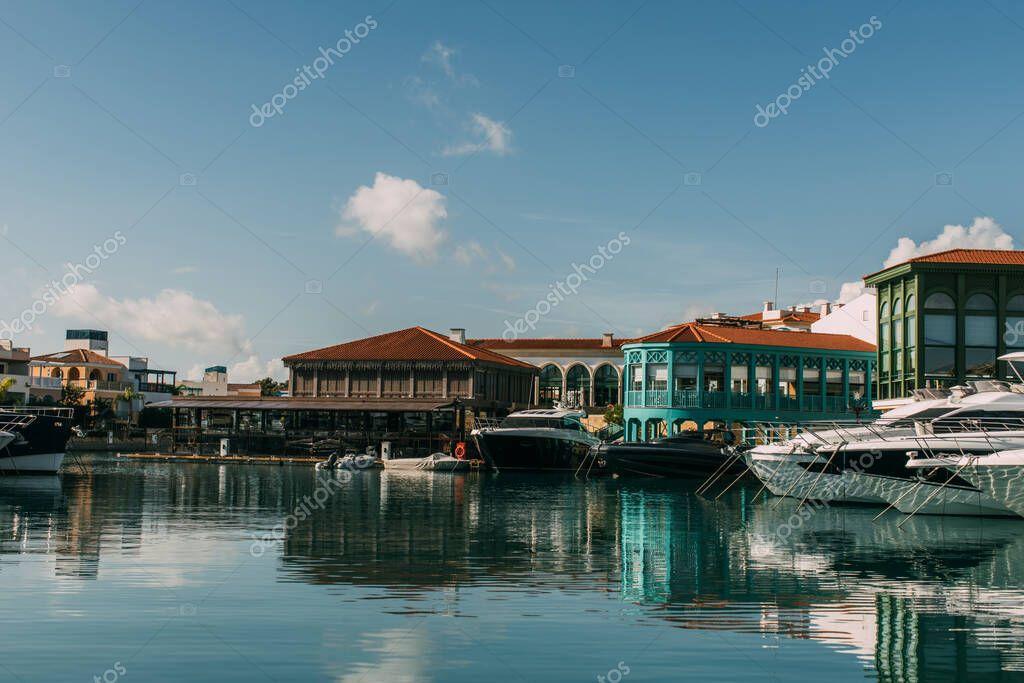 sole su edifici e yacht attraccati nel Mar Mediterraneo