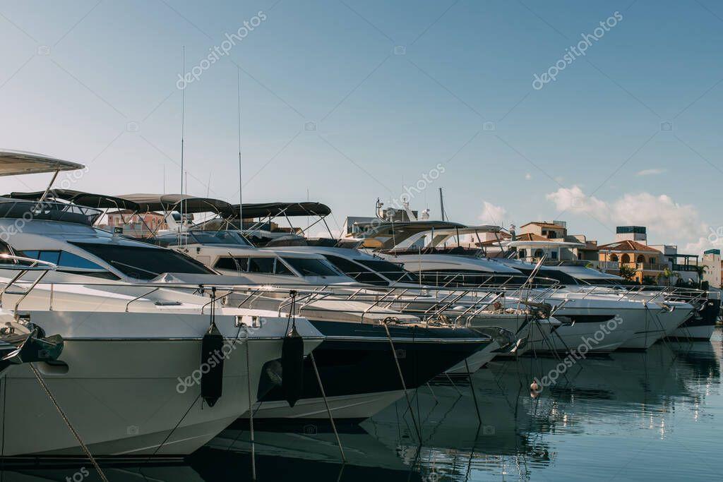 sole su yacht moderni attraccati nel Mar Mediterraneo