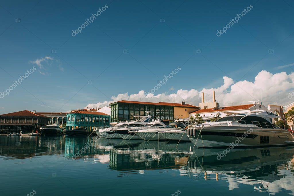 sole su yacht attraccati ed edifici nel Mar Mediterraneo
