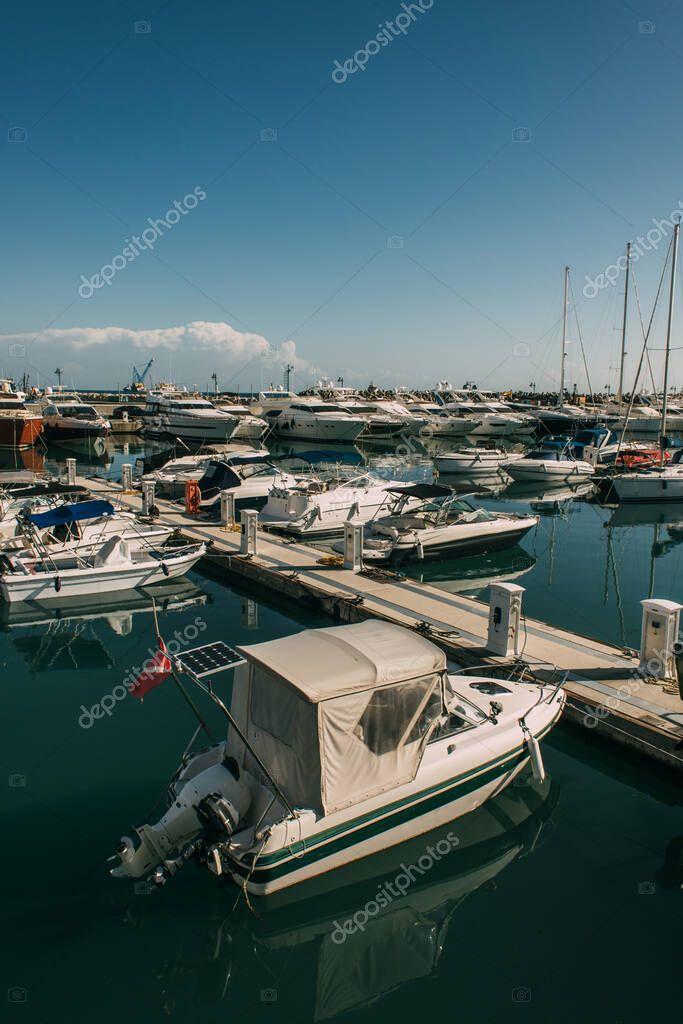 yacht moderni e attraccati nel Mediterraneo