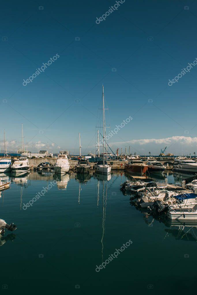 attraccati yacht moderni nel Mar Mediterraneo