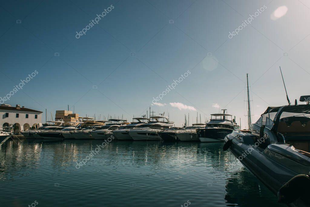 attraccati yacht moderni e bianchi nel Mar Mediterraneo