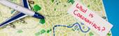 Fotografie Horní pohled na kartu s tím, co je coronavirus písmo v blízkosti hraček letadlo na mapě na modrém povrchu, panoramatický výstřel