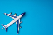 Photo Top view of toy airplane on blue background with copy space