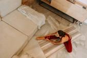 gyönyörű nő nyújtózkodik jóga mat otthon karantén, felülnézet