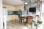 Photo modern kitchen with wooden chairs and table near green plant