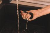 ořezaný pohled na ženskou ruku s vlhkou mýdlovou houbou