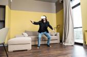 Man videojáték virtuális valóság headset otthon