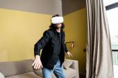 Fényképek Göndör férfi videojáték vr headset otthon