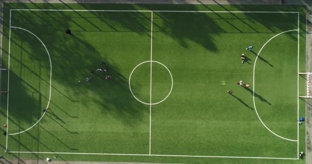 Légi kilátás zöld foci vagy focipálya tinédzserek foci napsütéses nyári nap.Kültéri nyári tevékenységek koncepció