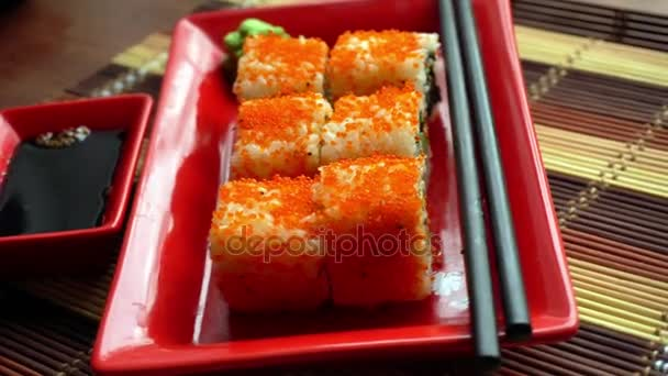 étvágygerjesztő japán tekercs egy tányérra