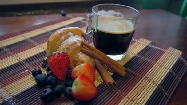 croissant, kávé és piros eper