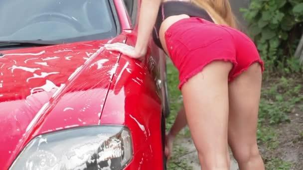Žena v řazení myje auto