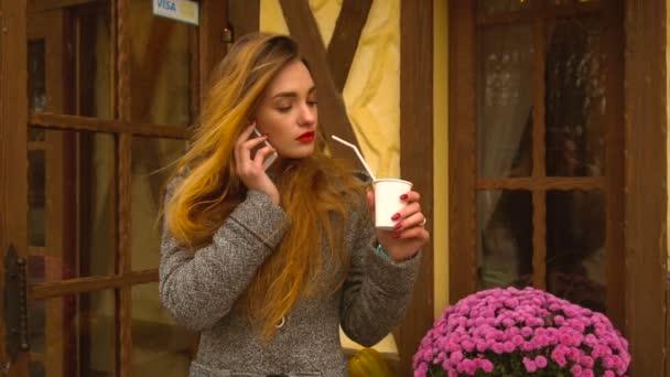 zrzavá dívka pití kávy na ulici
