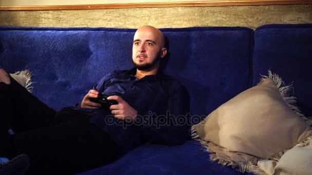 Plešatý chlap hraje počítačové hry