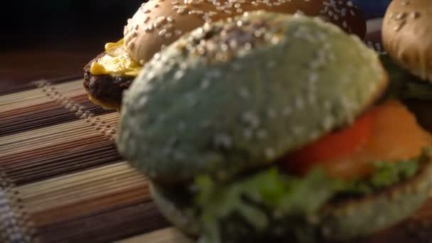 tři velké chutné cheeseburger na stůl