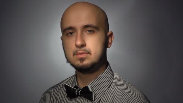 muž s vážnou tváří opravuje kravatu