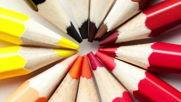barevné tužky rotující kruh na bílém pozadí detail