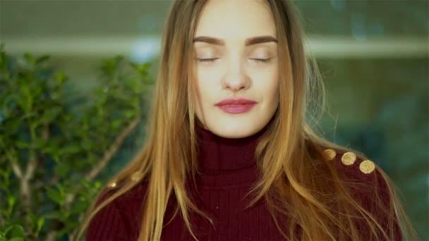 Cutie mladá dáma s pěkné make up při pohledu na fotoaparát a zívá doma