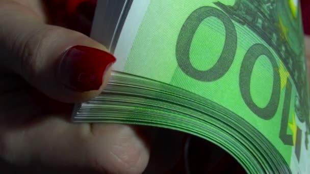obchodní žena s pack peníze eura v rukou