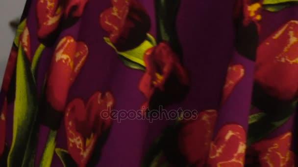 Detail dívky ve fialové šaty s květinovým vzorem víry
