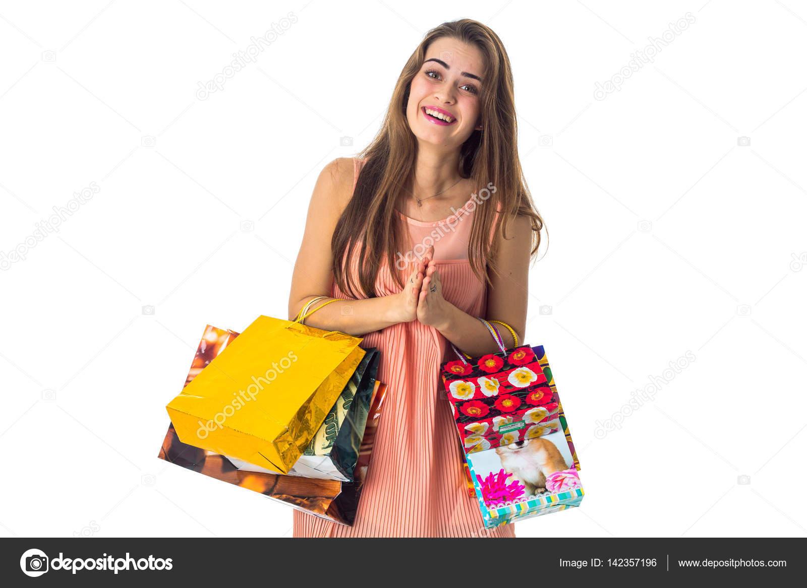 d4e1cf15e12e Αστείο κορίτσι κατέχει πολλά φωτεινά ψώνια πακέτα που απομονώνονται σε  λευκό φόντο– εικόνα αρχείου