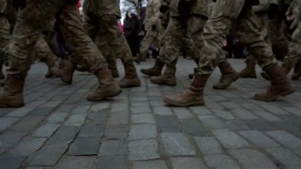 Hintergrund mit Bildung von Soldaten in uniform marschieren auf dem Bürgersteig auf der Straße