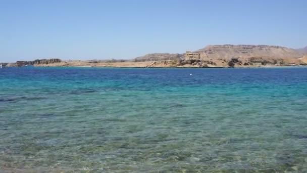 velké průhledné modré moře s vlnami s výhledem na moře