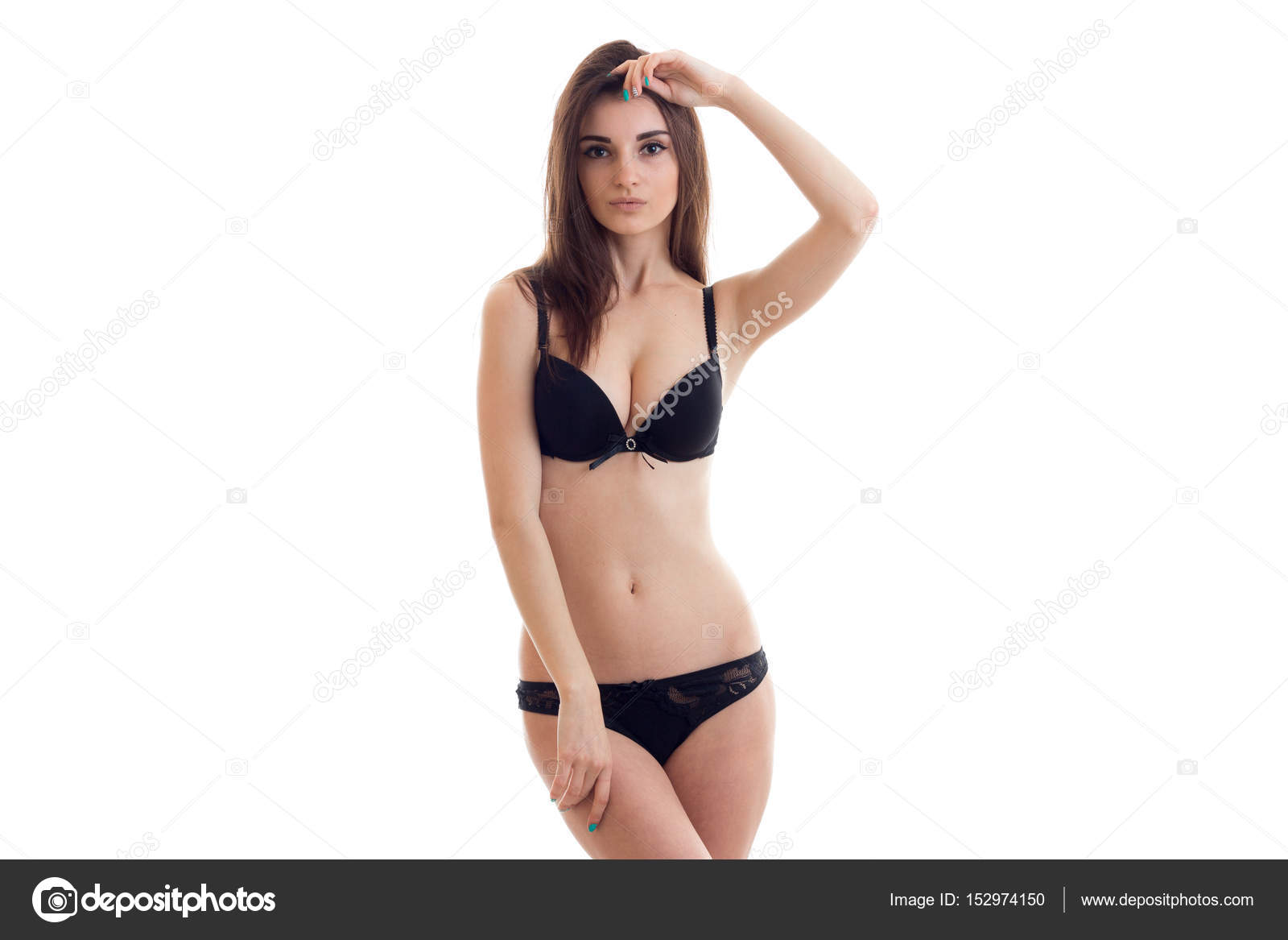 6f82c59c6a giovane bella bruna in lingerie nera con corpo snello in posa sulla ...