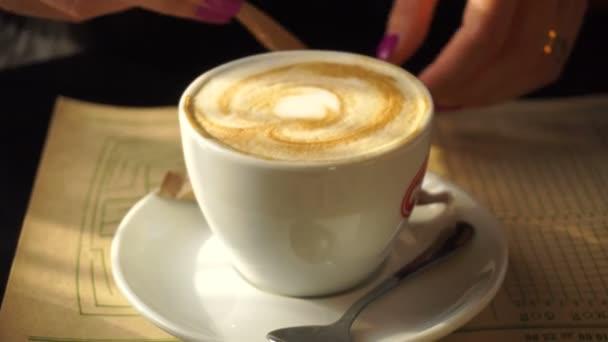 dívka nalévá cukru v šálku kávy