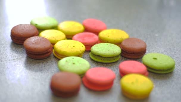 barevné makronky cookies padá na stůl