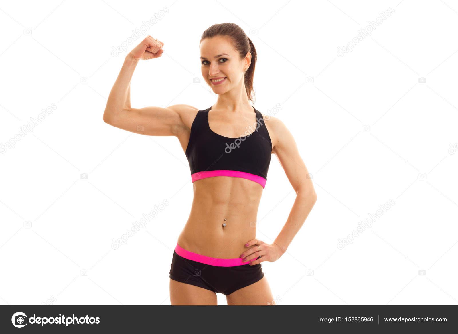 d4414296eb2fa Jolie fille athlétique dans un top court et shorts semble droite ...