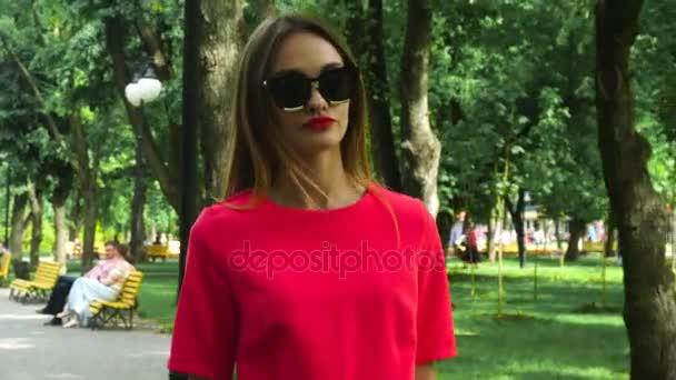 Glamour mladých blode dáma v červeném obleku a sluneční brýle